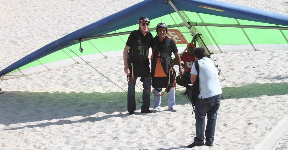 Roberto Justus faz voo duplo de asa delta na praia do Pepino, zona sul do Rio (10/5/12). O salto faz parte das gravações do programa