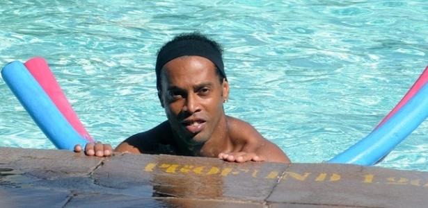 Ronaldinho Gaúcho realiza treino físico na piscina do Flamengo