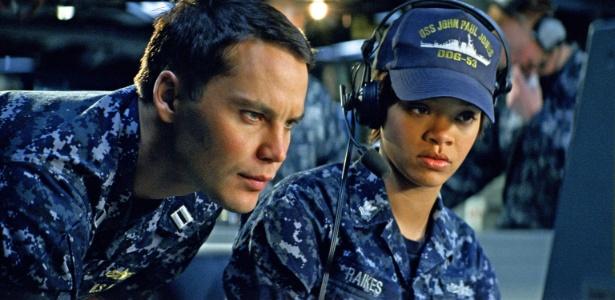 Taylor Kitsch e Rihanna em cena do filme Battleship - A Batalha dos Mares, de Peter Berg