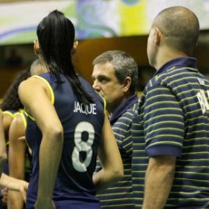 Técnico José Roberto Guimarães orienta atletas do Brasil durante jogo com a Colômbia, no Pré-Olímpico
