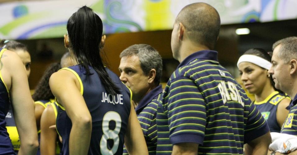 Técnico José Roberto Guimarães orienta atletas do Brasil durante jogo contra Colômbia