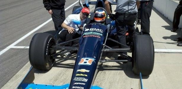 Tony Kanaan orienta Rubens Barrichello durante treino nesta quinta-feira