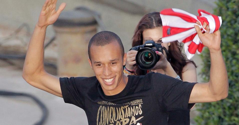 Zagueiro brasileiro Miranda, ex-São Paulo, faz festa com a torcida na praça de Netuno, em Madri