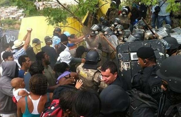 11.mai.2012 - A Polícia Militar mineira cumpre nesta sexta-feira (11) um mandado de reintegração de posse de um terreno de 35 mil metros quadrados invadido por famílias na região do Barreiro, em Belo Horizonte. As famílias estão acampadas no local desde o último dia 21