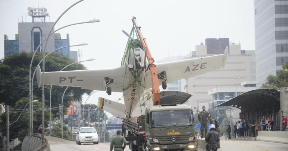 11.mai.2012 - aeronave da Brigada Militar foi transportada por um caminhão e deixou congestionado o tráfego na zona norte de Porto Alegre (RS)