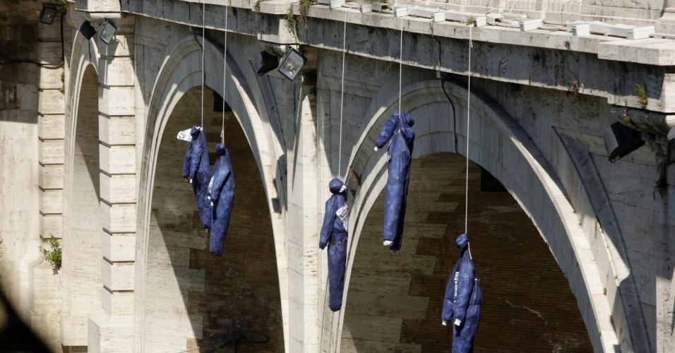 """11.mai.2012 - Bonecos representando pessoas que cometeram suicidio devido à crise econômica na Europa são pendurados em ponte de Roma, na Itália, durante flashmob organizado pelo partido de direita italiano """"La Destra"""" nesta sexta-feira (11). O ato é um protesto contra o governo do premiê italiano Mario Monti"""