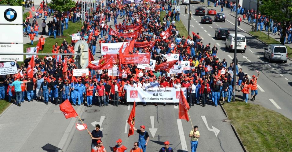 11.mai.2012 - Centenas de funcionários da fabricante automotiva alemã BMW fazem protesto em frente à fábrica principal da empresa, em Munique, na Alemanha