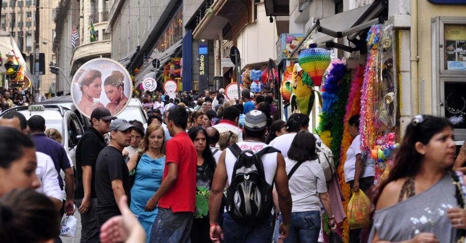 11.mai.2012 - Com a proximidade do Dia das Mães, movimento de consumidores é intenso na região do comércio popular da rua 25 de março, na região central de São Paulo