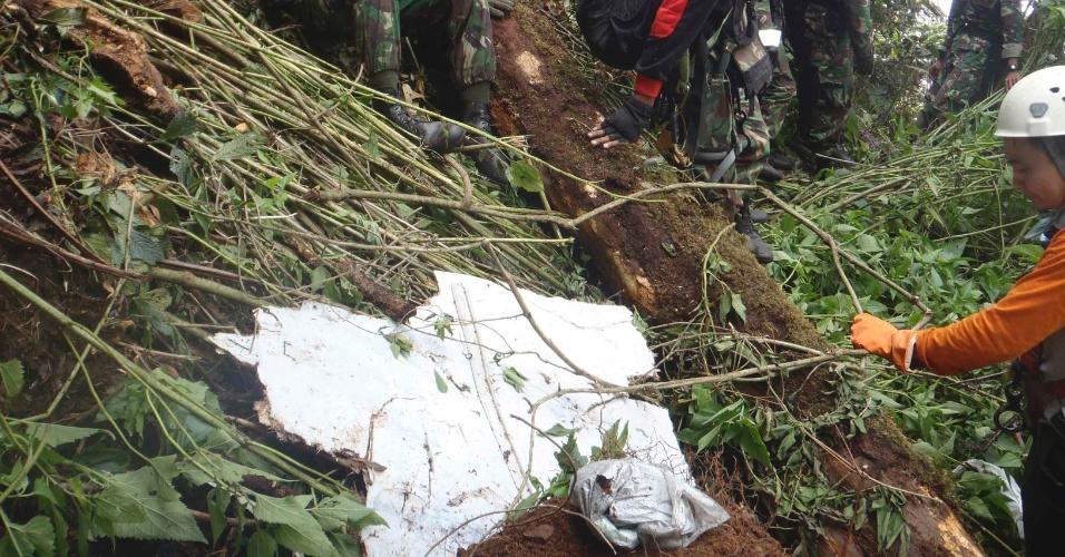 11.mai.2012 - Destroços do avião russo da empresa Sukhoi são encontrados na região onde a aeronave caiu, na Indonésia