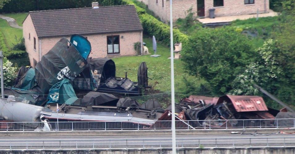 11.mai.2012 - Dois trens levando carga perigosa se chocaram na manhã desta sexta (11), próximos à estação de Godinne, na Bélgica. Um dos condutores ficou ferido no acidente
