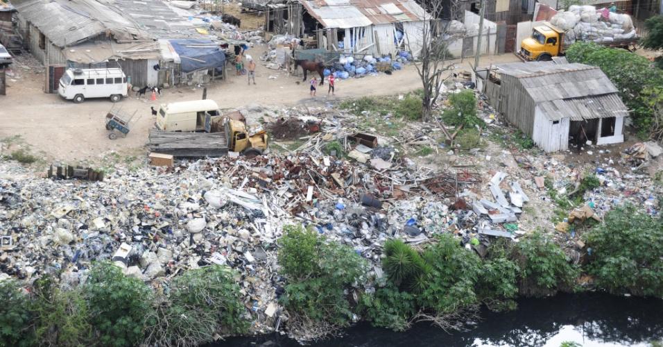 11.mai.2012 - Enquanto não são retiradas da Vila Dique, na zona norte de Porto Alegre, 738 famílias seguem morando às margens de um arroio tomado pelo lixo