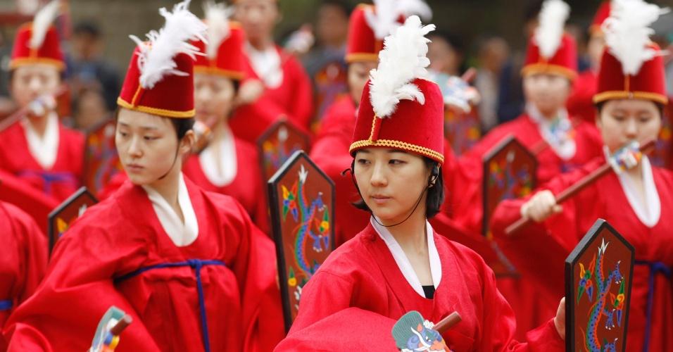 11.mai.2012 - Formandos em Dança vestidos com trajes típicos apresentam tradicional dança coreana durante cerimônia de graduação na Universidade de Sungkyunkwan