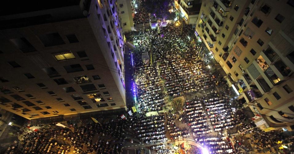 11.mai.2012 - Libaneses participam de uma cerimônia no subúrbio do sul de Beirute, no Líbano, que marca a conclusão do projeto de reconstrução da região destruída durante a guerra de julho de 2006 com Israel