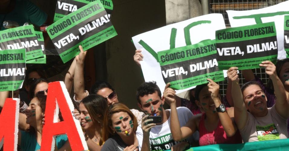 11.mai.2012 - Mineiros aproveitam a presença da presidente Dilma Rousseff em Betim, na Região Metropolitana de Belo Horizonte (MG)  para pedirem que ela vete o Código Florestal