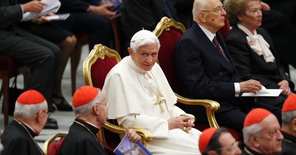 11.mai.2012 - O papa Bento 16 assiste a concerto de música em sua homenagem, oferecido pelo presidente italiano, Giorgio Napolitano, e a mulher dele, Clio, no Vaticano
