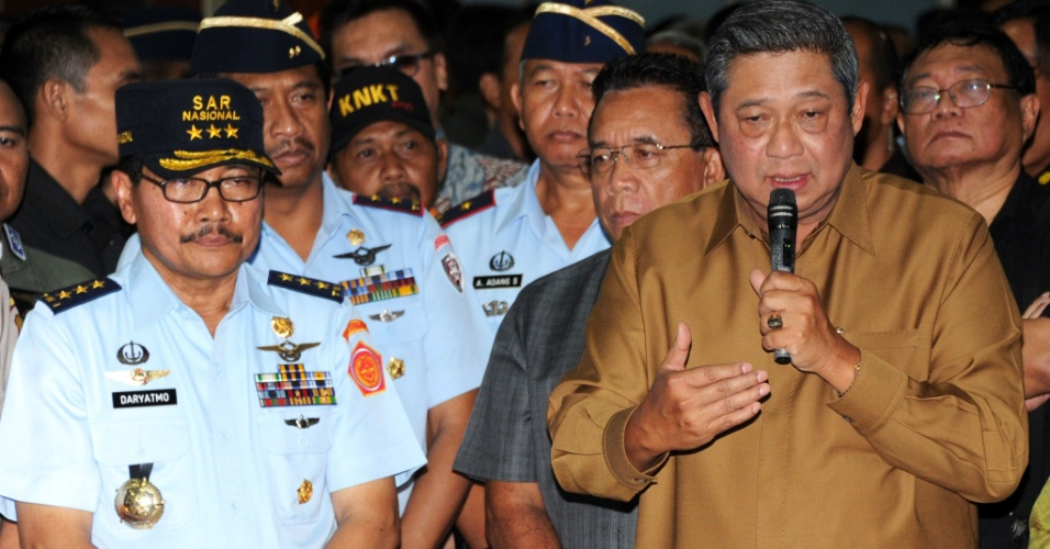 11.mai.2012 - O presidente indonésio, Susilo Bambang Yudhoyono, discursa para parentes das vítimas do acidente com o avião russo, que deixou 45 mortos