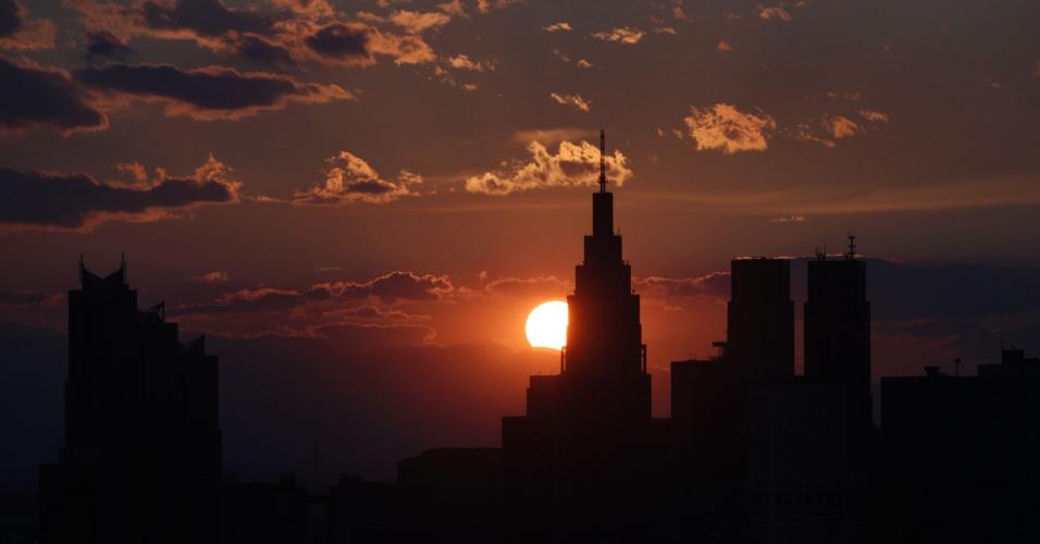 11.mai.2012 - Vista do pôr do sol em Tóquio, no Japão