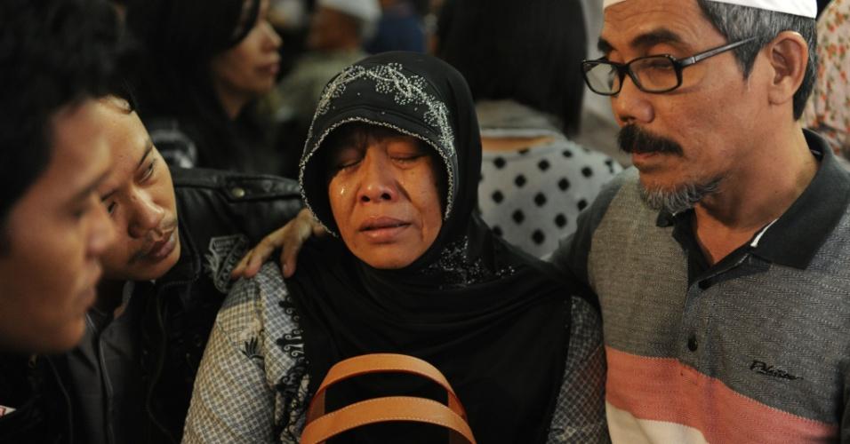 11.mai.2012 - Parentes das vítimas de acidente com avião russo na Indonésia choram no aeroporto de Jacarta