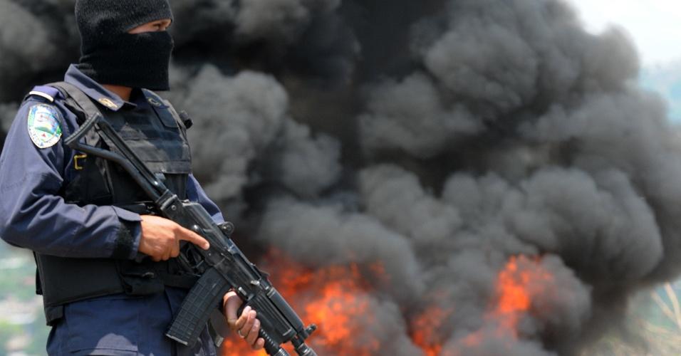 11.mai.2012 - Policial observa a queima de cerca de 400 kg de cocaína em Tegucigalpa, Honduras