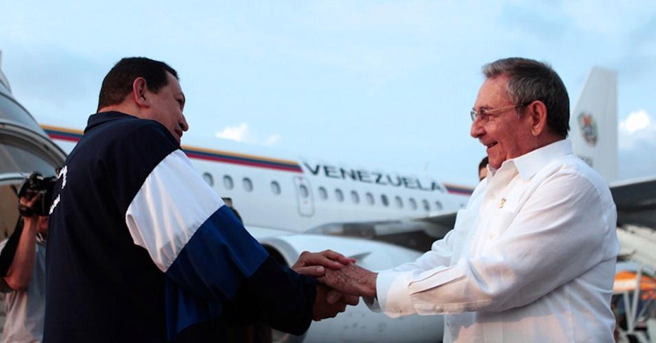 11.mai.2012 - Presidente venezuelano, Hugo Chávez, cumprimenta o presidente cubano, Raul Castro, antes partir de Cuba e voltar para a Venezuela, após o término de sua última sessão de radioterapia