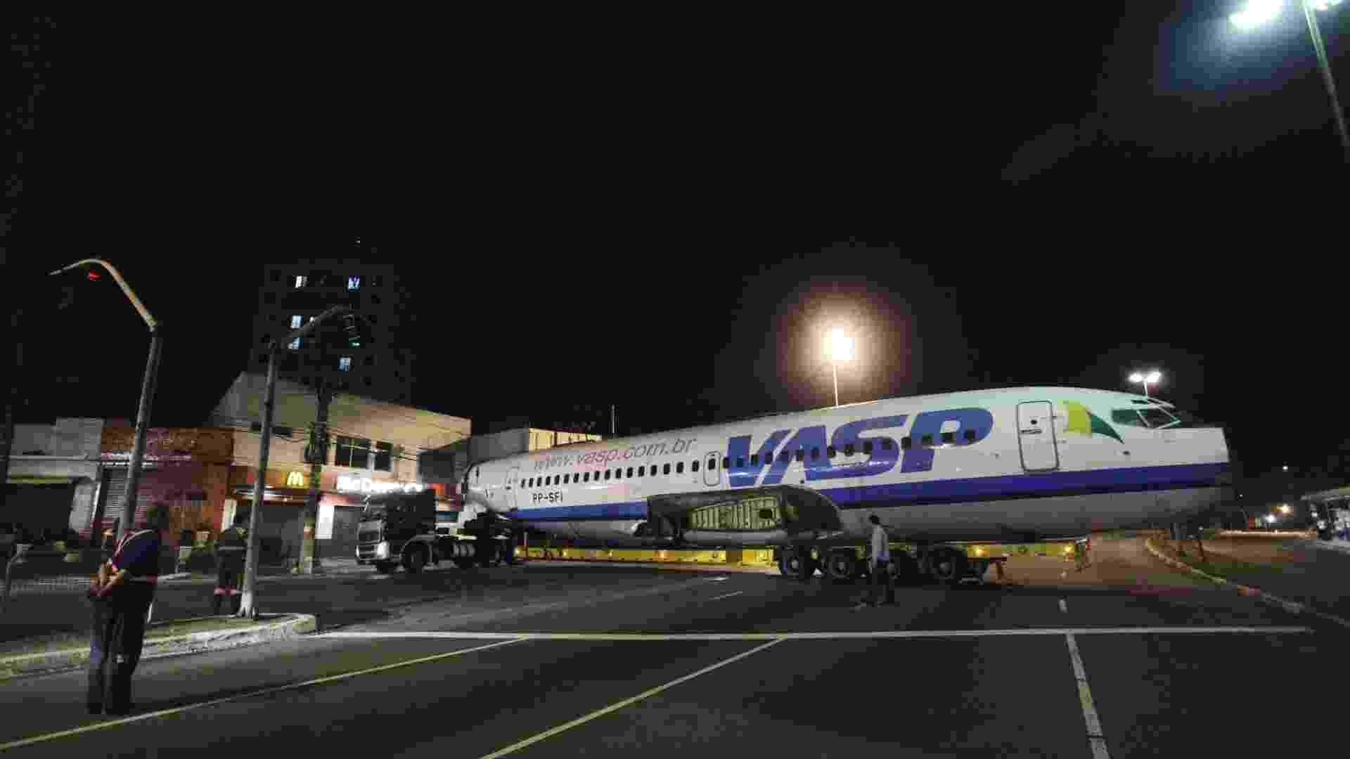 11.mai.2012 - Um avião da extinta companhia aérea VASP, que foi arrematado por R$ 133 mil em um leilão, é transportado pelas ruas de São Paulo na madrugada desta sexta (11), rumo à cidade de Araraquara (SP) - Nelson Antoine/Fotoarena/AE