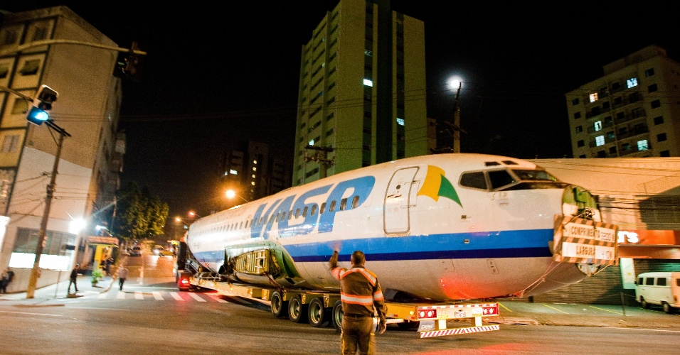 11.mai.2012 - Um avião da extinta companhia aérea VASP, que foi arrematado por R$ 140 mil em um leilão, é transportado pelas ruas de São Paulo na madrugada desta sexta (11), rumo à cidade de Araraquara (SP)