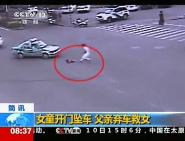 11.mai.2012 - Um homem saltou do carro para salvar sua filha de 4 anos, em um cruzamento movimentado na cidade chinesa de Wenzhou. O vídeo publicado na internet nesta sexta-feira (11) mostra o momento em que a criança cai do veículo. Logo em seguida, o pai pula do carro em movimento para resgatá-la