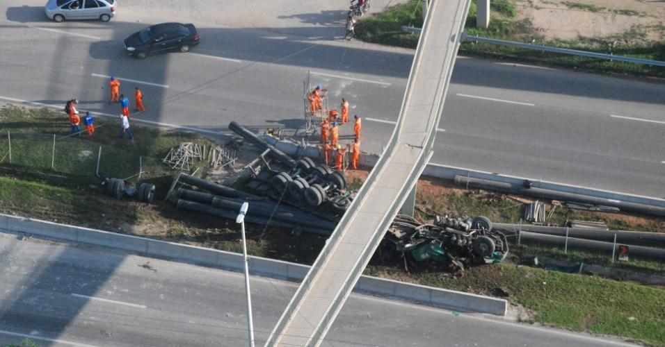 11.mai.2012 - Uma carreta tombou na BR 101 e atinge uma passarela no Rio de Janeiro