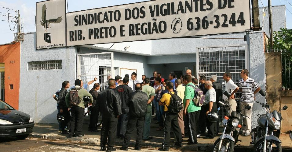 11.mai.2012 - Vigilantes que atuam no Hospital das Clínicas e em agências do Banco Real de Ribeirão Preto (SP) se reúnem nesta sexta (11), na porta do sindicato da categoria, após decidirem entrar em greve por falta de pagamento de salários