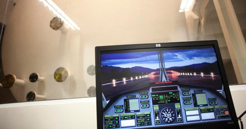 12.mai.2012 - Monitor de controle do simulador de voo construído no Centro de Engenharia e Conforto, na Poli (USP), em São Paulo. O centro vai avaliar as condições de conforto que as aeronaves oferecem aos passageiros. O estudo foi pedido pela Embraer, que vai adaptar os resultados a futuros modelos fabricados pela empresa