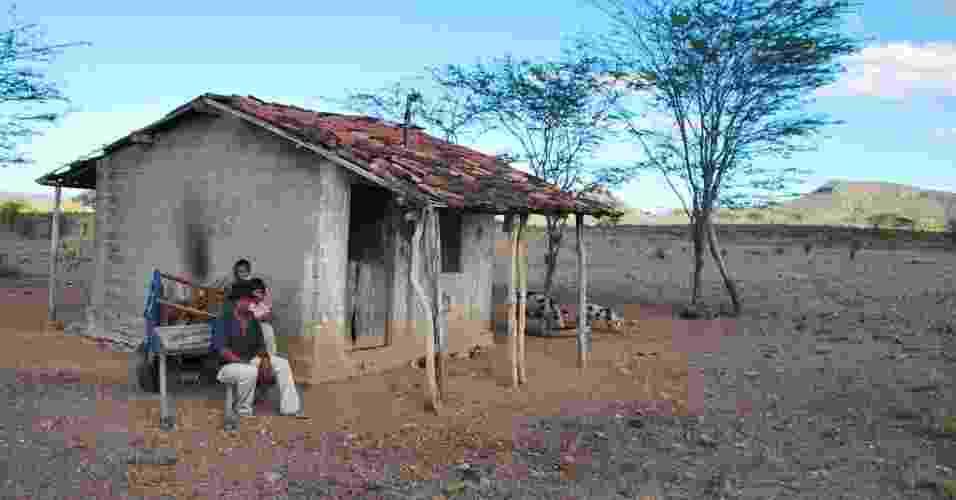 """15.mai.2012 - José Carlos Nunes, 41, espera que chuva chegue para dar o mínimo de """"condições"""" para os seus dois filhos, em Santa Brígida (BA). A seca começou a se espalhar novamente pelo Nordeste. Segundo dados das defesas civis e estaduais, mais de 750 municípios já decretaram situação de emergência e mais de 4 milhões de pessoas foram afetadas - Beto Macário/UOL"""