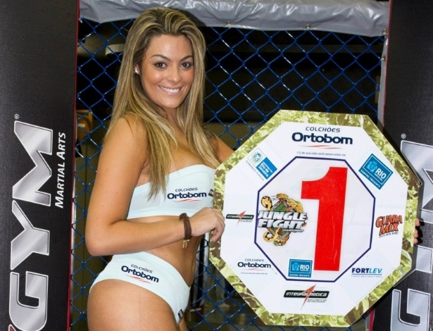 A ex-BBB Monique Amin se arrisca de ring girl no Jungle Fight 39