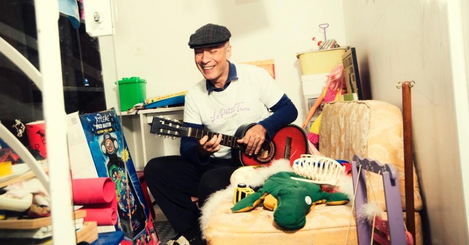 """A música """"Futezinho na Escola"""", do projeto Pequeno Cidadão, fala sobre a alegria de jogar bola na """"entrada e na saída"""" da escola e também na hora do recreio. Na foto, o guitarrista Edgard Scandurra, que faz parte do projeto"""