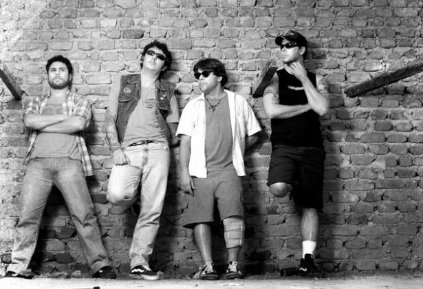 """A música """"Minha Escolinha"""", da banda punk Mukeka di Rato, faz críticas ao atendimento escolar e à qualidade do ensino: """"Consegui escola, não tinha carteira. Sentava no chão sujo de poeira (...) Mas não tinha aula, não tinha professor. A escola era um lixo e podre era o odor"""""""