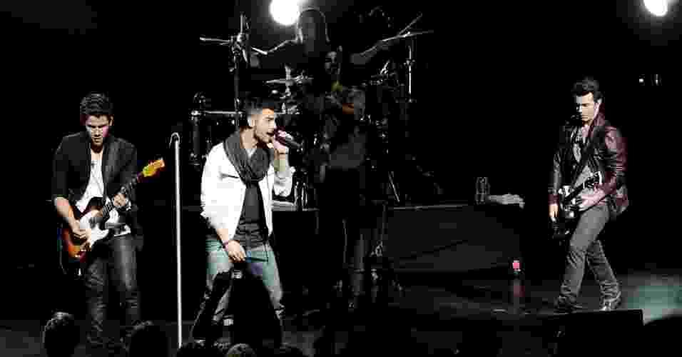 """A música """"What I Go To School For"""", da banda britânica Busted, fala sobre um garoto apaixonado por uma aluna mais velha. A paixão adolescente é o motivo que o estudante encontra para ir à escola e ficar """"sonhando na aula de matemática, enquanto ela preenche os formulários para a faculdade. O grupo Jonas Brother (foto) também gravou a canção - Getty Images"""