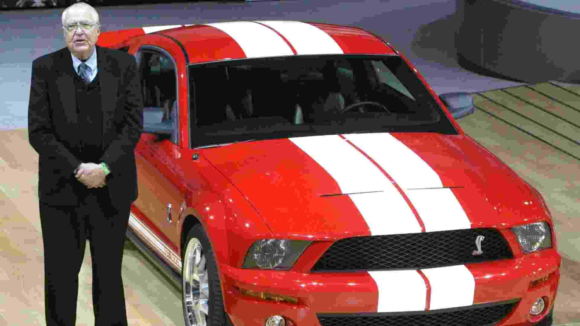 Carroll Shelby participa da apresentação do Ford Mustang Shelby GT500 no Salão de Nova York 2005. Ex-piloto e criador de carros icônicos, como o roadster Cobra, ele morreu na quinta-feira (10), nos EUA - Gregory Bull/AP - 23.3.2005