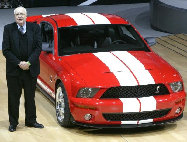 Carroll Shelby participa da apresentação do Ford Mustang Shelby GT500 no Salão de Nova York de 2005. Ex-piloto e criador de ícones, como o Cobra, ele morreu na quinta-feira (10), nos EUA - Gregory Bull/AP - 23.3.2005