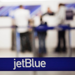 Check-in da jetBlue no Aeroporto LaGuardia, em Nova York