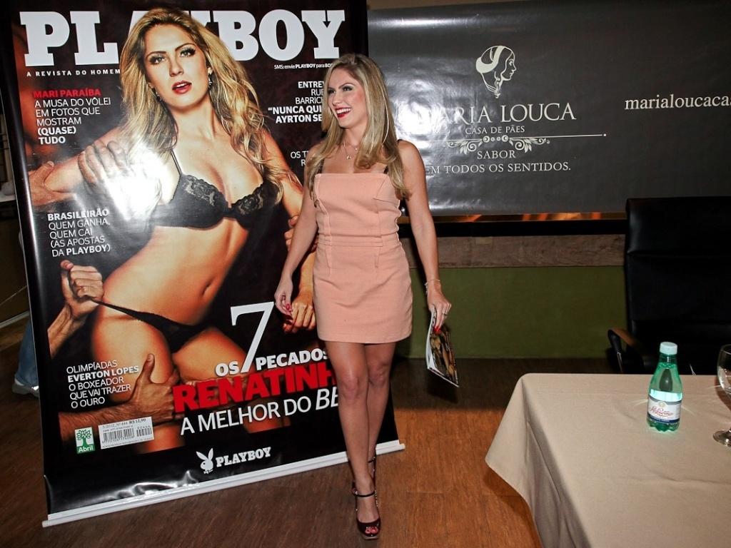 Ex-BBB Renata realiza sessão de autógrafos da revista