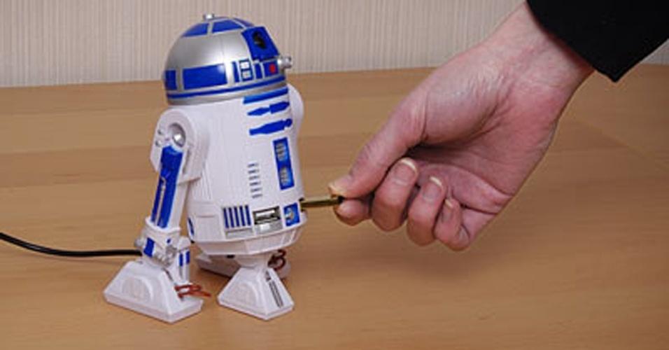 """Hub USB do robozinho R2-D2 do """"Star Wars"""". Infelizmente, ele não conserta nada como o personagem do filme, mas ao menos adiciona quatro portas USB 2.0 ao computador"""