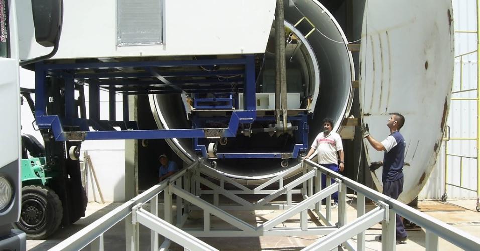 Mai.2012 - Foto mostra a instalação da cápsula de pressão no Centro de Engenharia e Conforto, na Escola Politécnica (Poli), em São Paulo, que abriga o simulador de voo. A cabine levou dois anos para ser construída