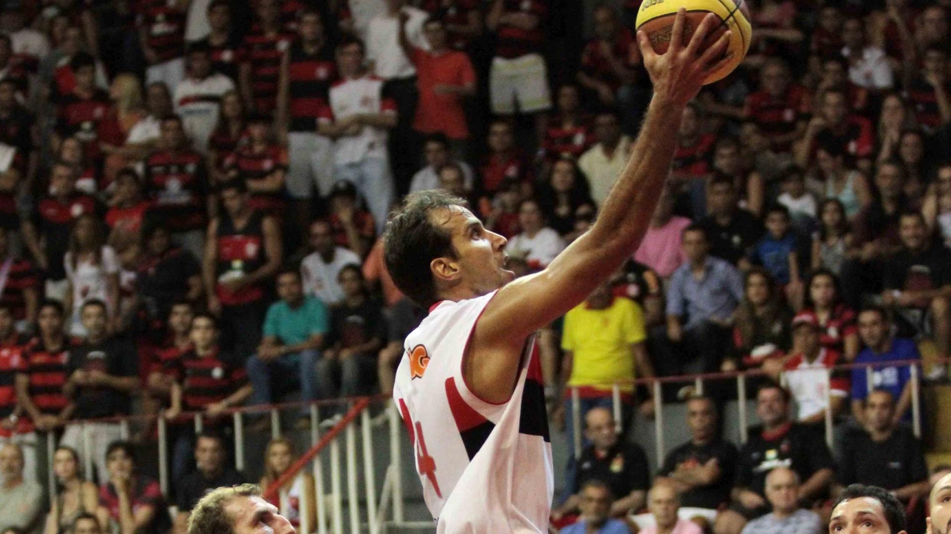Marcelinho Machado sobe para tentar a cesta na quinta partida entre Flamengo e Uberlândia, no Rio de Janeiro