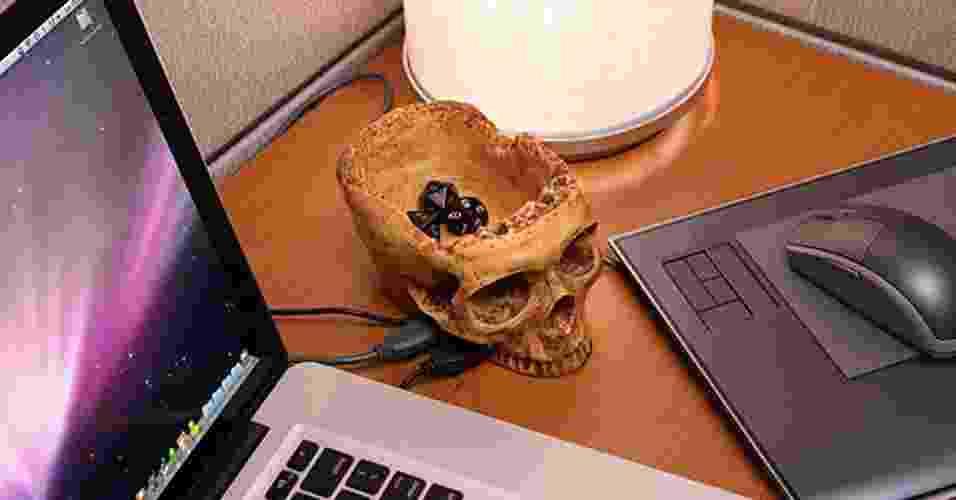 O SkullHub USB tem a forma de (adivinha) uma caveira do crânio humano. Além de disponibilizar quatro postas USB 2.0, na região da moleira do crânio há um espaço porta-treco. Dá para colocar clipes, moedas e outros objetos pequenos - Divulgação