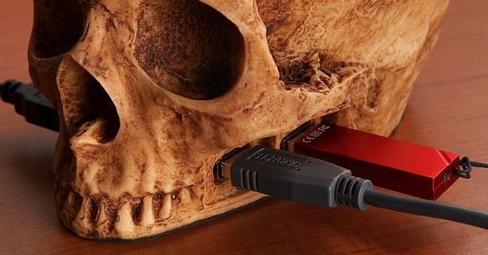 O SkullHub USB tem a forma de (adivinha) uma caveira do crânio humano. Além de disponibilizar quatro postas USB 2.0, na região da moleira do crânio há um espaço porta-treco. Dá para colocar clipes, moedas e outros objetos pequenos