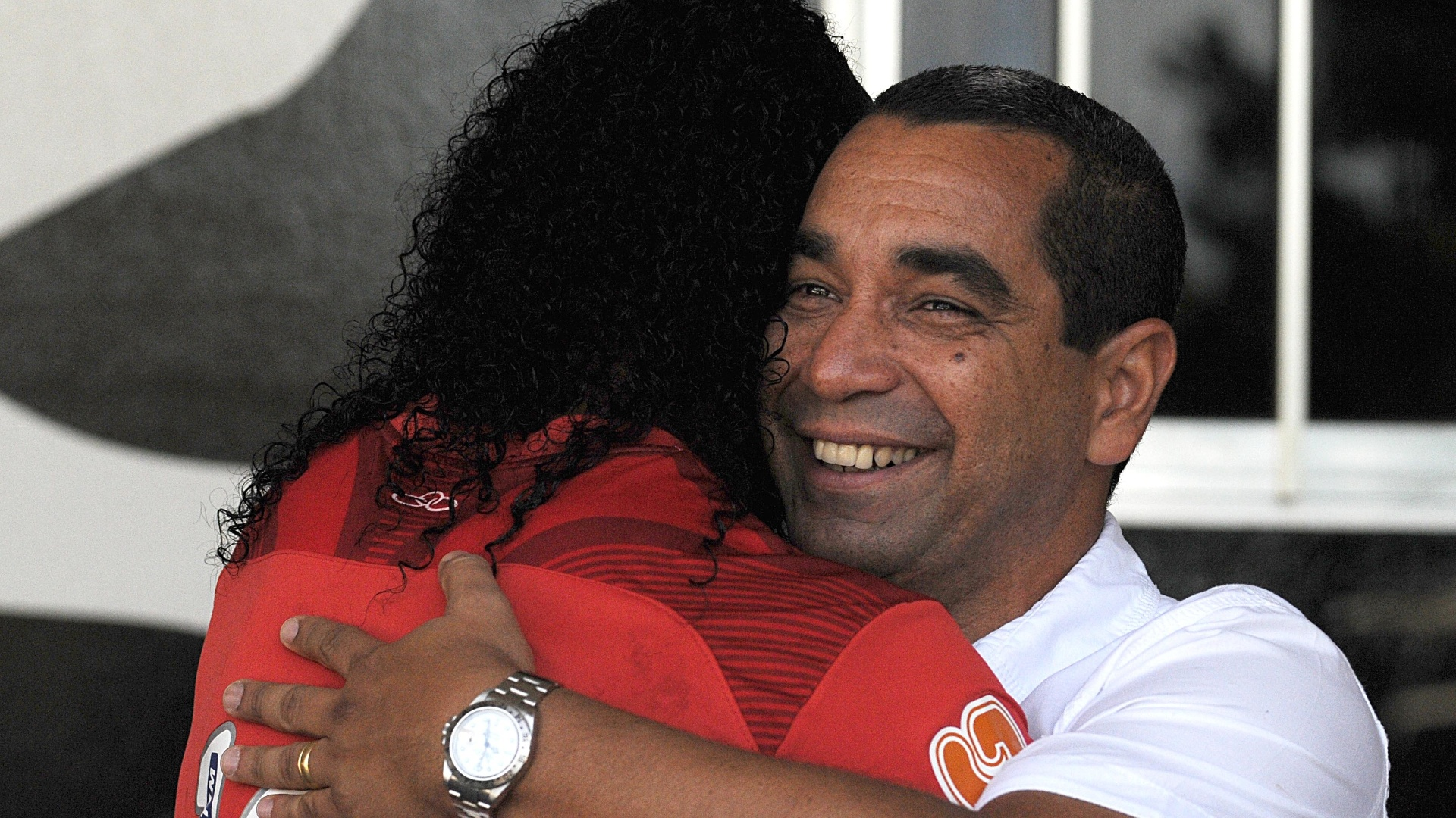 Ronaldinho Gaúcho abraça Zinho em dia de apresentação do novo diretor do Fla (11/05/2012)