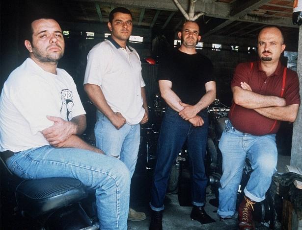 """Segundo a música """"Escolas"""", da banda punk Garotos Podres, a escola quer que os alunos virem """"cordeirinhos domesticados"""" para serem transformados em """"operários escravizados"""""""