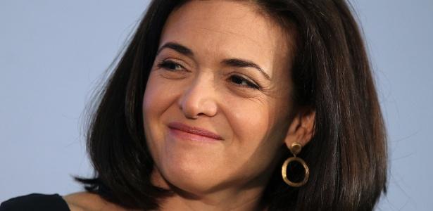 """Sheryl Sandberg, chefe operacional do Facebook, escreveu o livro """"Lean In"""", sobre como as mulheres podem negociar para acompanhar o passo dos colegas homens na esfera comercial"""