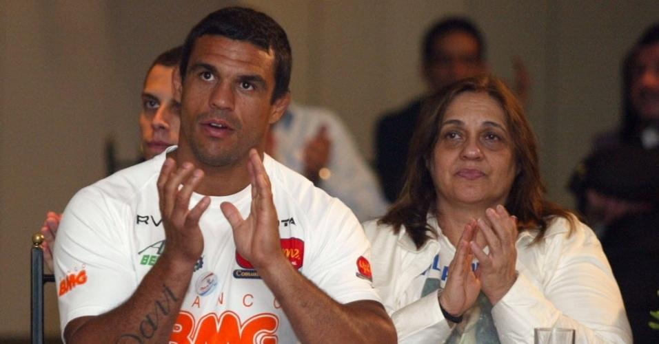 Vitor Belfor ao lado da mãe, Jovita, em evento de 2008