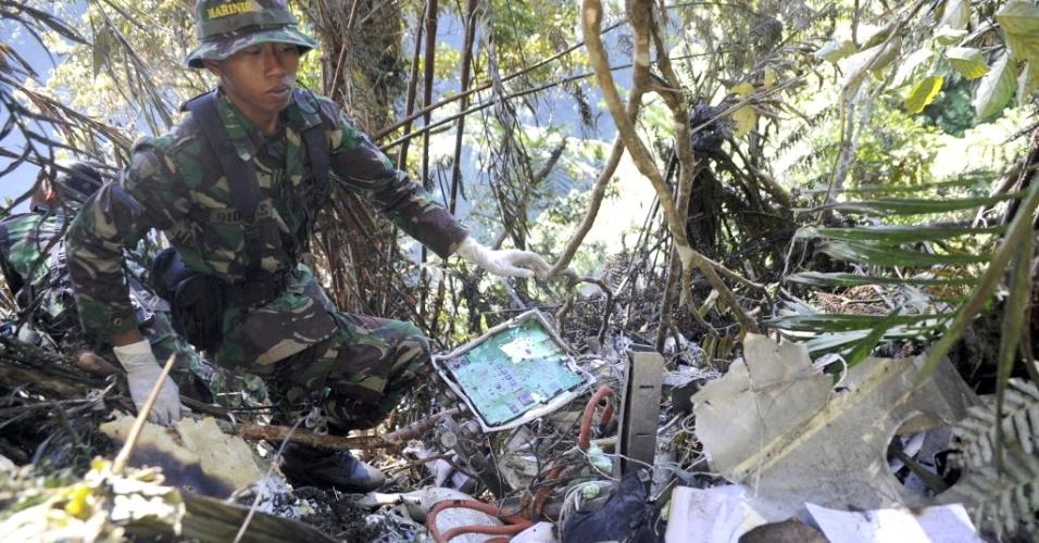 12.mai.2012-Soldados da Indonésia buscam corpos do acidente com avião russo