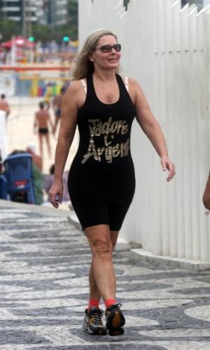A atriz Vera Fischer faz caminhada na orla do Leblon, no Rio (12/5/12)
